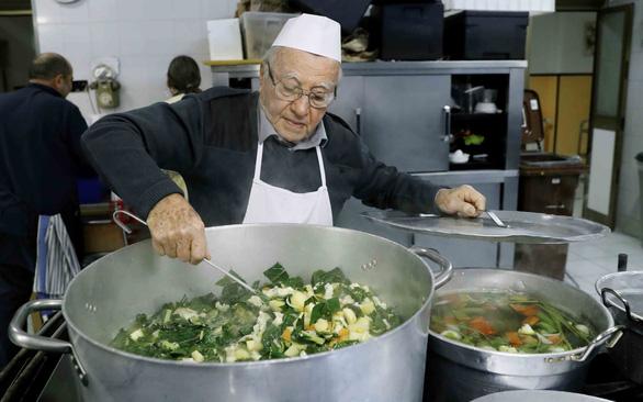Thành Rome có đầu bếp 90 tuổi của những người vô gia cư - Ảnh 1.