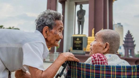 Cuộc đoàn tụ nghẹn ngào sau 47 năm thất lạc của 3 chị em trên dưới 100 tuổi - Ảnh 4.