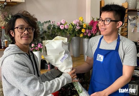 Giải cứu hơn 10.000 hoa hồng Đà Lạt trong hai ngày - Ảnh 2.