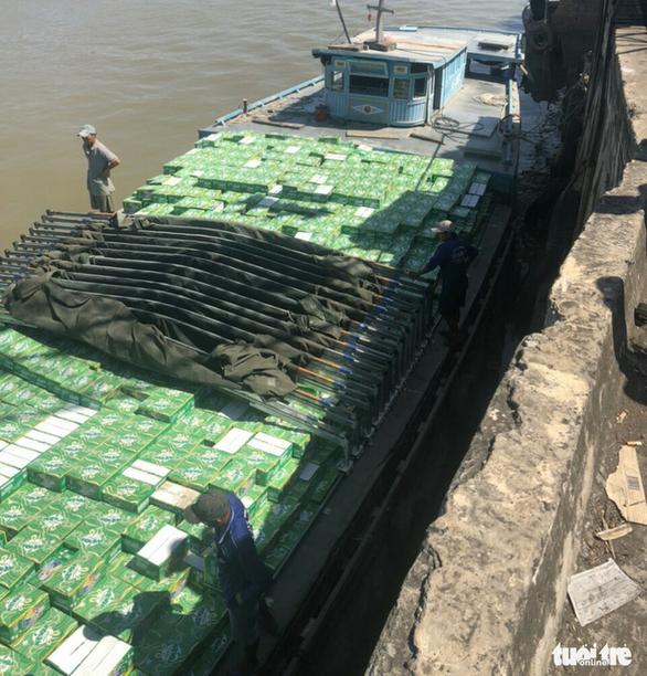 Khởi tố vụ buôn lậu nước giải khát trị giá hơn 8,6 tỉ đồng - Ảnh 1.