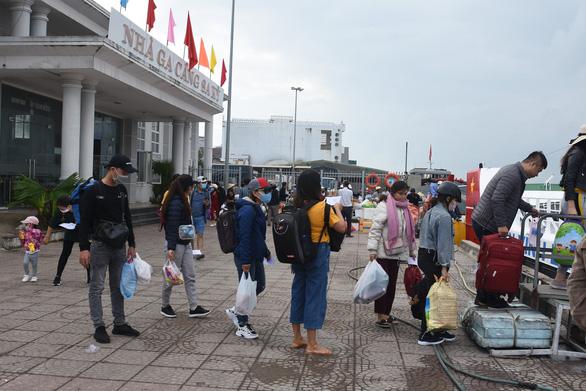 Bỏ qua nỗi lo COVID-19, du khách rạng rỡ đến Lý Sơn - Ảnh 3.