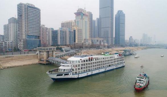 Trung Quốc điều 7 du thuyền làm khách sạn nổi cho y bác sĩ Vũ Hán - Ảnh 1.