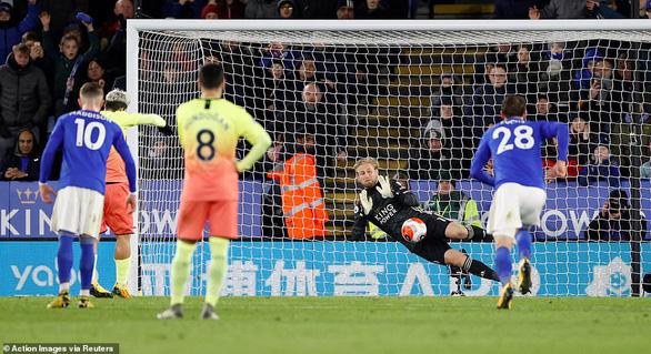 Aguero sút hỏng penalty, Jesus giúp Man City khuất phục Leicester tại King Power - Ảnh 2.