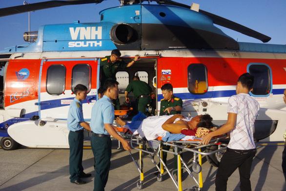 Trực thăng bay ra Trường Sa cấp cứu cùng lúc hai ngư dân nguy kịch - Ảnh 3.