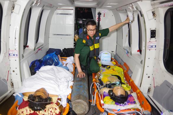 Trực thăng bay ra Trường Sa cấp cứu cùng lúc hai ngư dân nguy kịch - Ảnh 2.