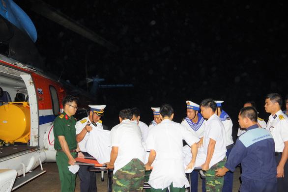 Trực thăng bay ra Trường Sa cấp cứu cùng lúc hai ngư dân nguy kịch - Ảnh 1.