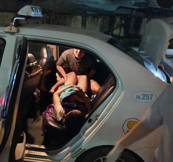 Tài xế taxi cùng người nhà đỡ đẻ cho sản phụ chuyển dạ trên đường đến viện - Ảnh 1.