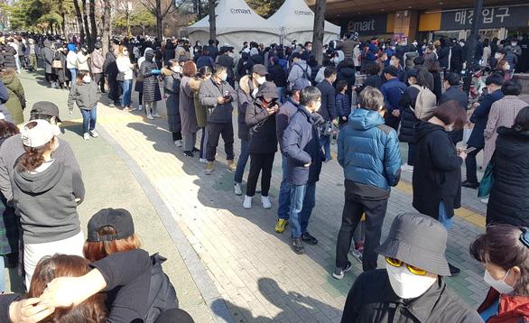Người Hàn Quốc xếp hàng cả trăm mét đợi mua khẩu trang ở Daegu - Ảnh 2.
