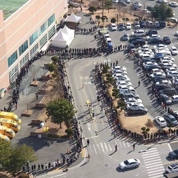 Người Hàn Quốc xếp hàng cả trăm mét đợi mua khẩu trang ở Daegu - Ảnh 3.