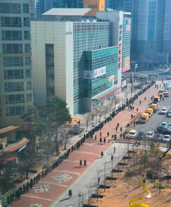 Người Hàn Quốc xếp hàng cả trăm mét đợi mua khẩu trang ở Daegu - Ảnh 4.