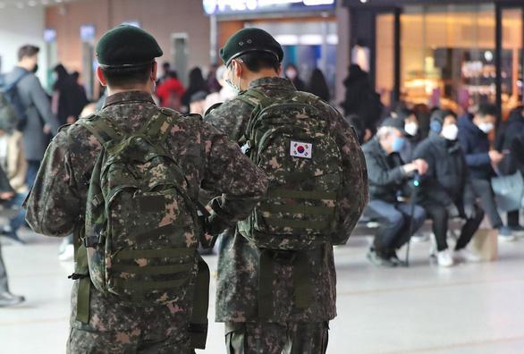 Hàn Quốc: 11 quân nhân nhiễm COVID-19, cách ly 7.700 người - Ảnh 1.