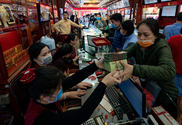 Tiệm vàng ở Hà Nội quá tải vì người dân đổ xô đi bán vàng  - Ảnh 1.