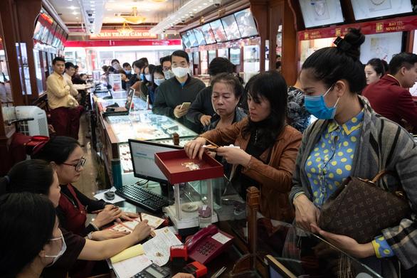 Tiệm vàng ở Hà Nội quá tải vì người dân đổ xô đi bán vàng - Ảnh 2.