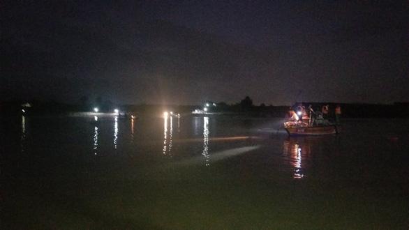 Lật thuyền trên sông Vu Gia, 6 người mất tích - Ảnh 4.