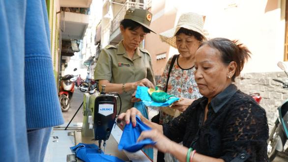 Chị em đất Sài Gòn xưa rào rào may khẩu trang vải phát miễn phí - Ảnh 4.