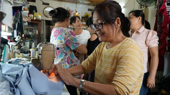 Chị em đất Sài Gòn xưa rào rào may khẩu trang vải phát miễn phí - Ảnh 1.