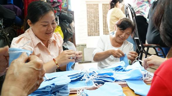 Chị em đất Sài Gòn xưa rào rào may khẩu trang vải phát miễn phí - Ảnh 2.