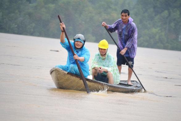 Lật thuyền trên sông Vu Gia, 6 người mất tích - Ảnh 1.