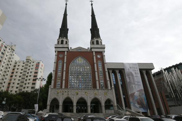 Sau Tân Thiên Địa, mục sư giáo hội MyungSung nhiễm COVID-19 - Ảnh 1.