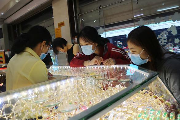 Giá vàng nhẫn 9999 thấp hơn cả giá vàng thế giới - Ảnh 1.