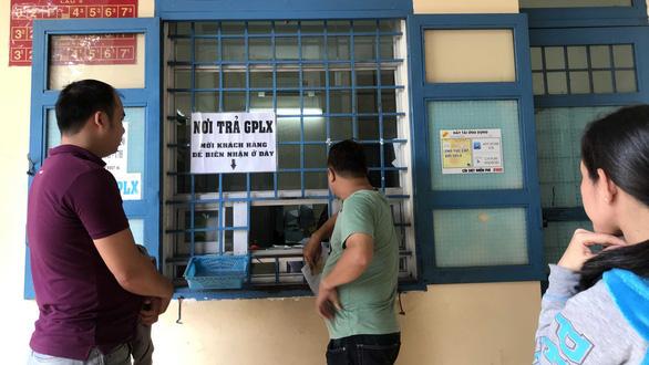 Nhiều người ở TP.HCM ồ ạt xin đổi giấy phép lái xe vì... nghe đồn - Ảnh 1.