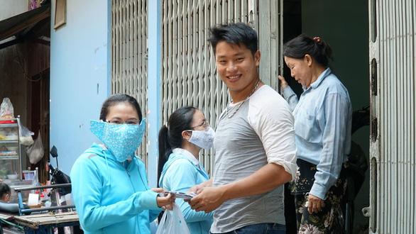 Chị em đất Sài Gòn xưa rào rào may khẩu trang vải phát miễn phí - Ảnh 5.