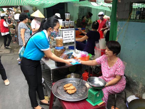Chị em đất Sài Gòn xưa rào rào may khẩu trang vải phát miễn phí - Ảnh 6.