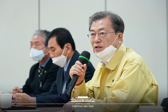 Tổng thống Hàn Quốc Moon Jae In họp tại Daegu ngày 25-2 để bàn giải pháp cụ thể chống dịch COVID-19 - Ảnh: YONHAP