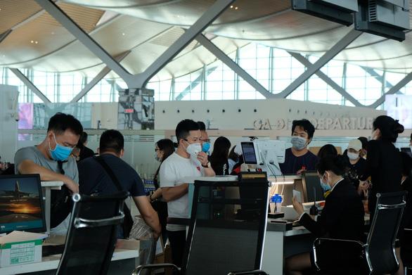 Hai du khách Daegu từ chối cách ly ở Phan Thiết đã về nước sáng nay - Ảnh 1.
