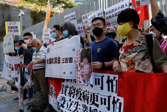 Hỗ trợ nền kinh tế trì trệ, Hong Kong 'tặng' mỗi người trưởng thành 10.000 đôla - Ảnh 1.
