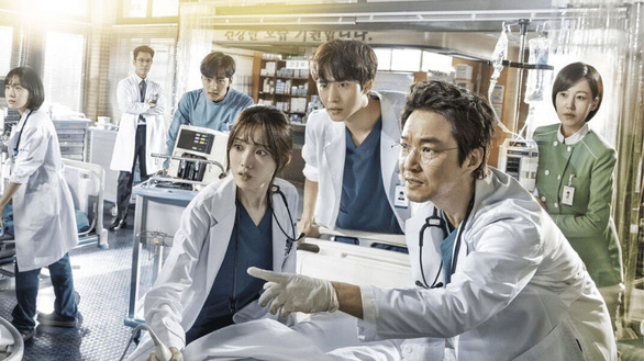 Dr Romantic 2: Cuộc chiến bảo vệ y đức - Ảnh 1.