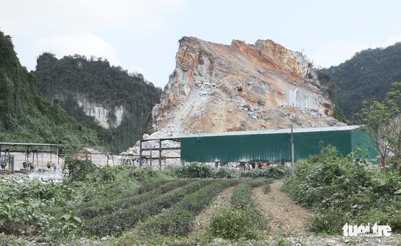 Mỏ đá nổ mìn làm đá 'bay' vào nhà dân là 'sự cố ngoài dự kiến' - Ảnh 2.