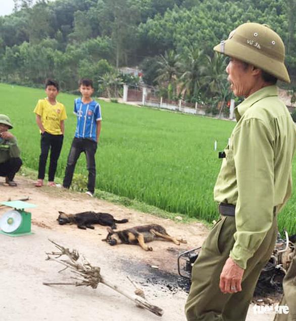 Nghi trộm chó, một người bị dân vây đánh chết, đốt xe máy - Ảnh 1.