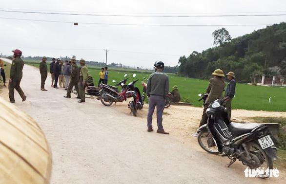 Nghi trộm chó, một người bị dân vây đánh chết, đốt xe máy - Ảnh 2.