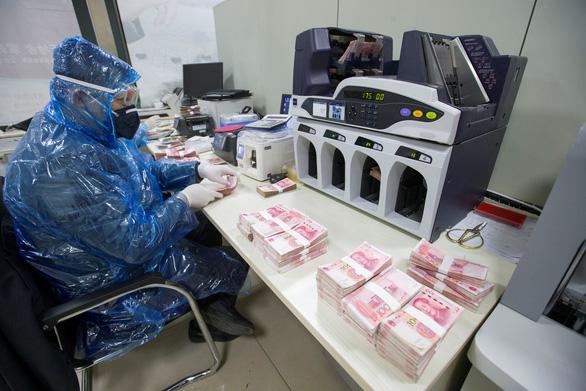Trung Quốc: thưởng ngay 1.400 USD cho người tự trình báo nhiễm COVID-19 - Ảnh 1.