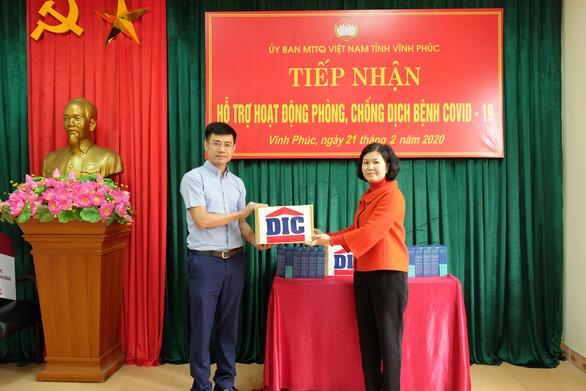 Tập đoàn DIC trao tặng Vĩnh Phúc 3.000 chai dung dịch sát khuẩn - Ảnh 1.
