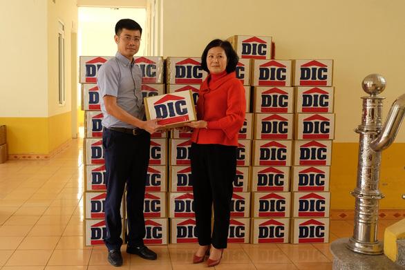 Tập đoàn DIC trao tặng Vĩnh Phúc 3.000 chai dung dịch sát khuẩn - Ảnh 2.