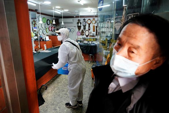 Hàng chục nước đề phòng Hàn, Nhật vì ca nhiễm COVID-19 tăng nhanh - Ảnh 1.