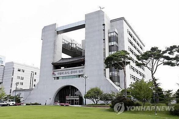 Nhân viên tòa thị chính ở Hàn Quốc chết vì kiệt sức khi chống dịch COVID-19 - Ảnh 1.