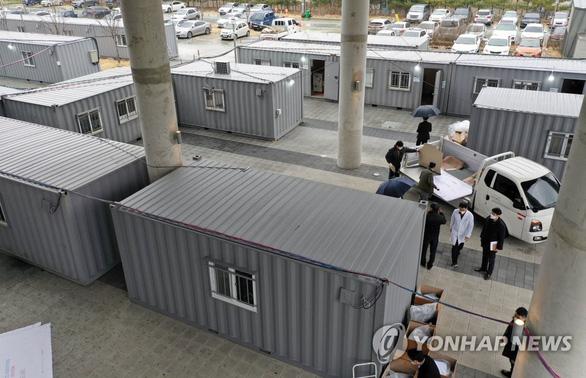 Hàn Quốc lấy mẫu xét nghiệm COVID-19 ngay trên đường phố - Ảnh 3.