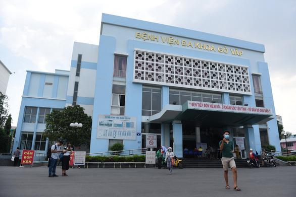 Tạm đình chỉ giám đốc Bệnh viện quận Gò Vấp vụ thu gom khẩu trang bán lấy lời - Ảnh 1.