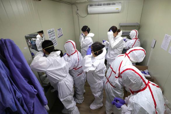 Daegu thiếu y bác sĩ và giường bệnh, hơn 850 người tình nguyện tới giúp - Ảnh 1.
