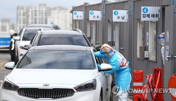 Hàn Quốc lấy mẫu xét nghiệm COVID-19 ngay trên đường phố - Ảnh 1.