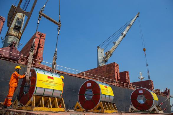 Tiếp tục xuất khẩu lô hàng 10.000 tấn tôn Hoa Sen đến châu Âu - Ảnh 1.