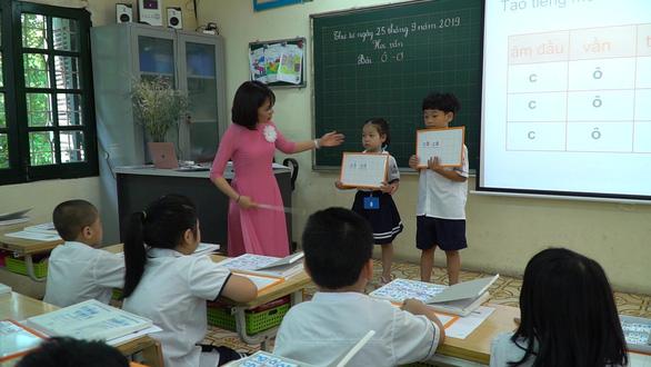 Bộ GD-ĐT sắp thẩm định tiếp sách giáo khoa lớp 2 - Ảnh 1.