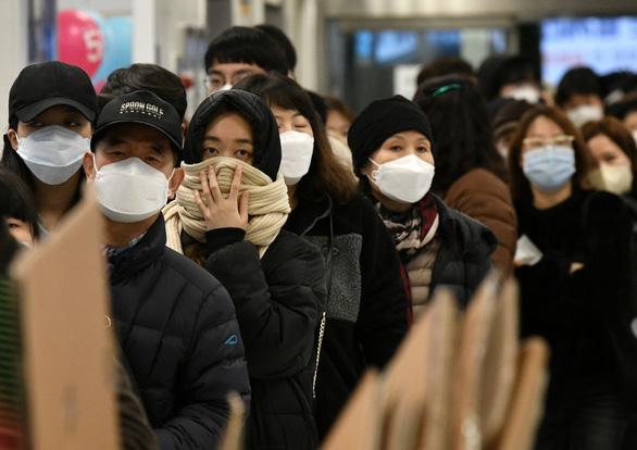 Hàn Quốc lấy khẩu trang từ các trường học chia cho dân - Ảnh 1.