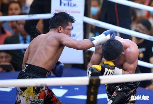 Võ sĩ Philippines sưng hết hai mắt sau trận tranh đai WBO châu Á - Ảnh 3.
