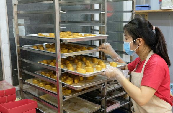 Giới trẻ săn bánh kem chuột vàng đội mũ thần tài - Ảnh 5.