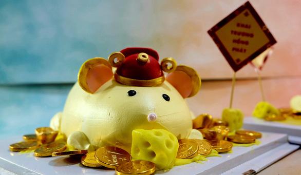 Giới trẻ săn bánh kem chuột vàng đội mũ thần tài - Ảnh 2.