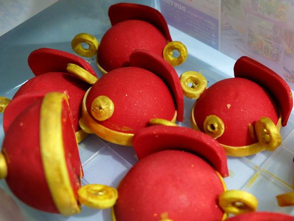 Giới trẻ săn bánh kem chuột vàng đội mũ thần tài - Ảnh 11.